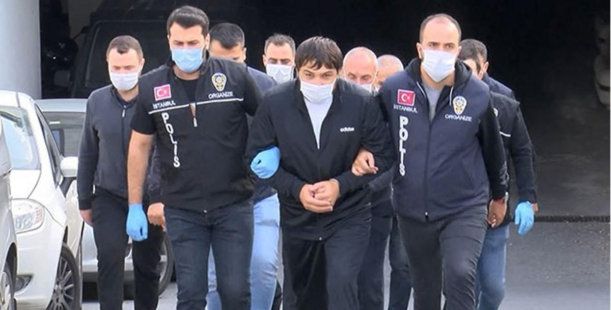 Квежоевич в окружении турецких полицейских. Фото ©Twitter.com/primecrime