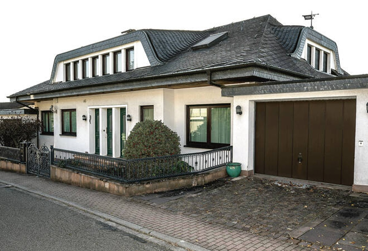 """<p>Фото ©<strong style=""""font-weight: bold;""""> </strong><a href=""""https://www.rnz.de/nachrichten/region_artikel,-exklusive-villa-mit-rheintalblick-die-becker-villa-in-leimen-steht-zum-verkauf-_arid,575853.html"""" target=""""_blank"""" rel=""""noopener noreferrer"""">Rnz.de</a></p>"""
