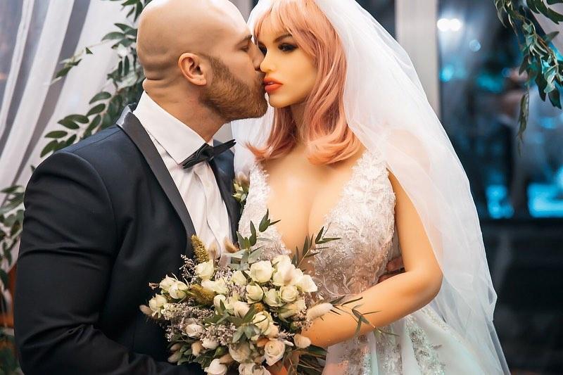 Психиатр рассказал, чем может страдать бодибилдер, женившийся на секс-кукле