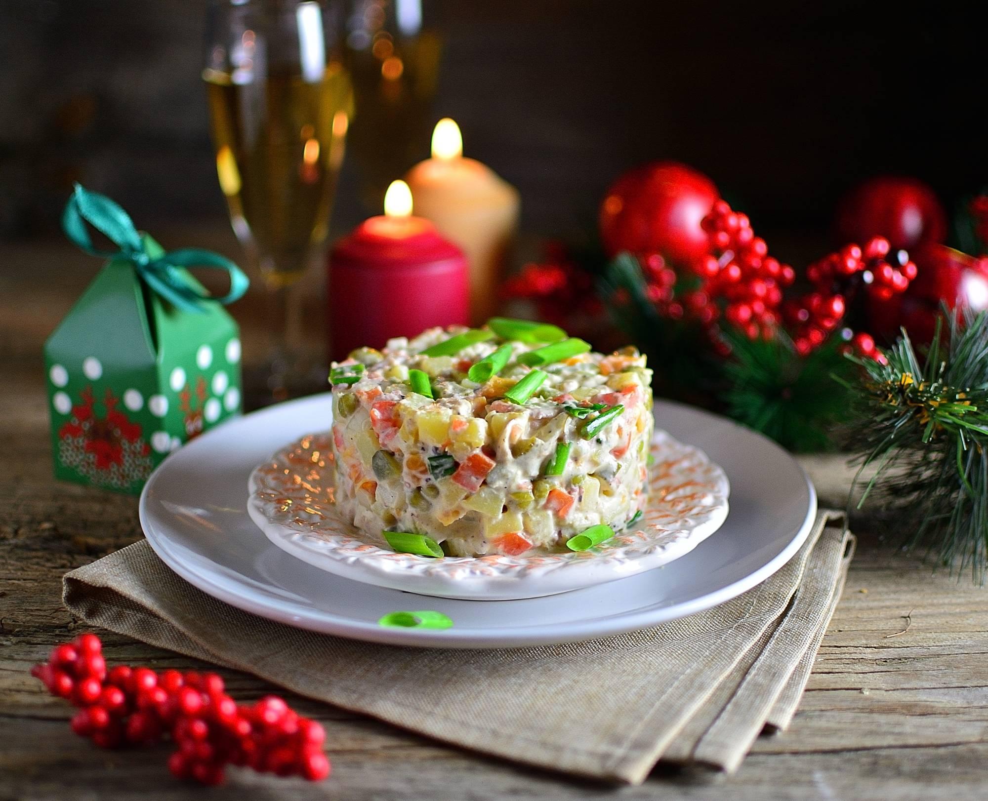 Запасы к празднику. Какие продукты для новогоднего стола выгодно купить в Пятёрочке, Дикси и Магните уже сейчас