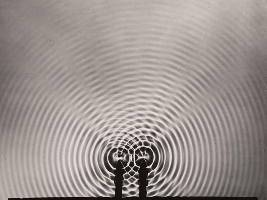 Явление интерференции. Фото © Berenice Abbott