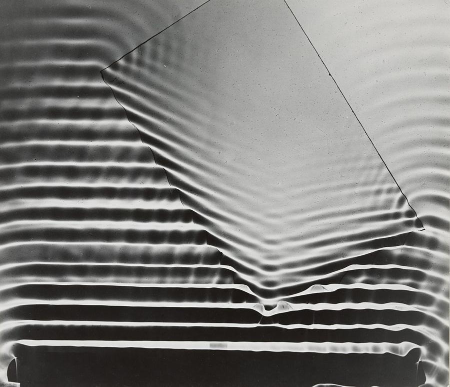 Волны и стекло. Фото © Berenice Abbott