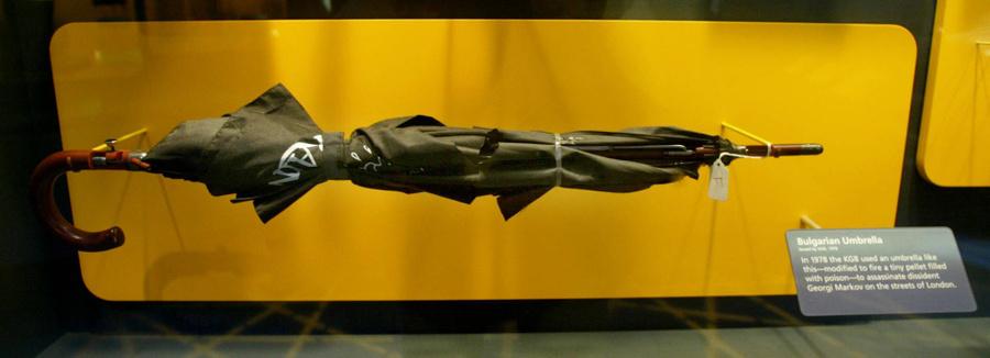 Точная копия зонтика, который использовался в 1978 году для убийства Георгия Маркова, в Международном музее шпионажа в Вашингтоне. Фото © Getty Images / Mark Wilson