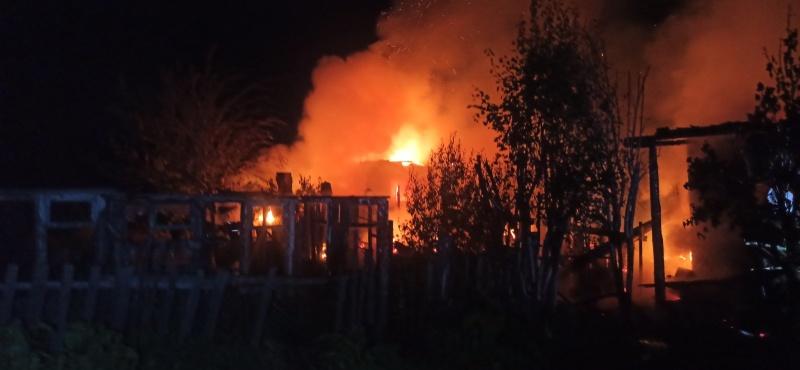 Три человека погибли при пожаре в частном доме в Саратовской области