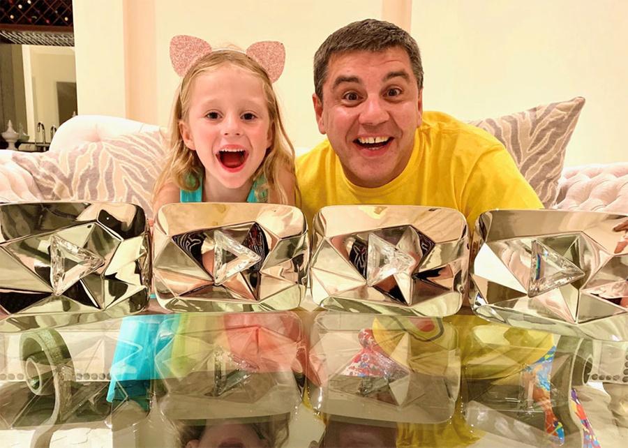Анастасия и её отец с их четырьмя бриллиантовыми кнопками YouTube. Фото © Wikipedia