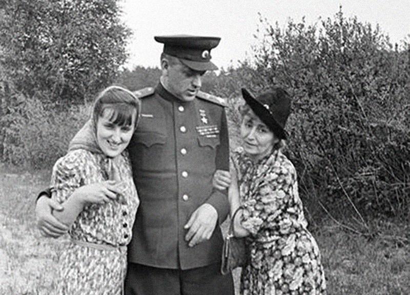 Рокоссовский с женой Юлией и дочерью Ариадной. Фото © Культурология