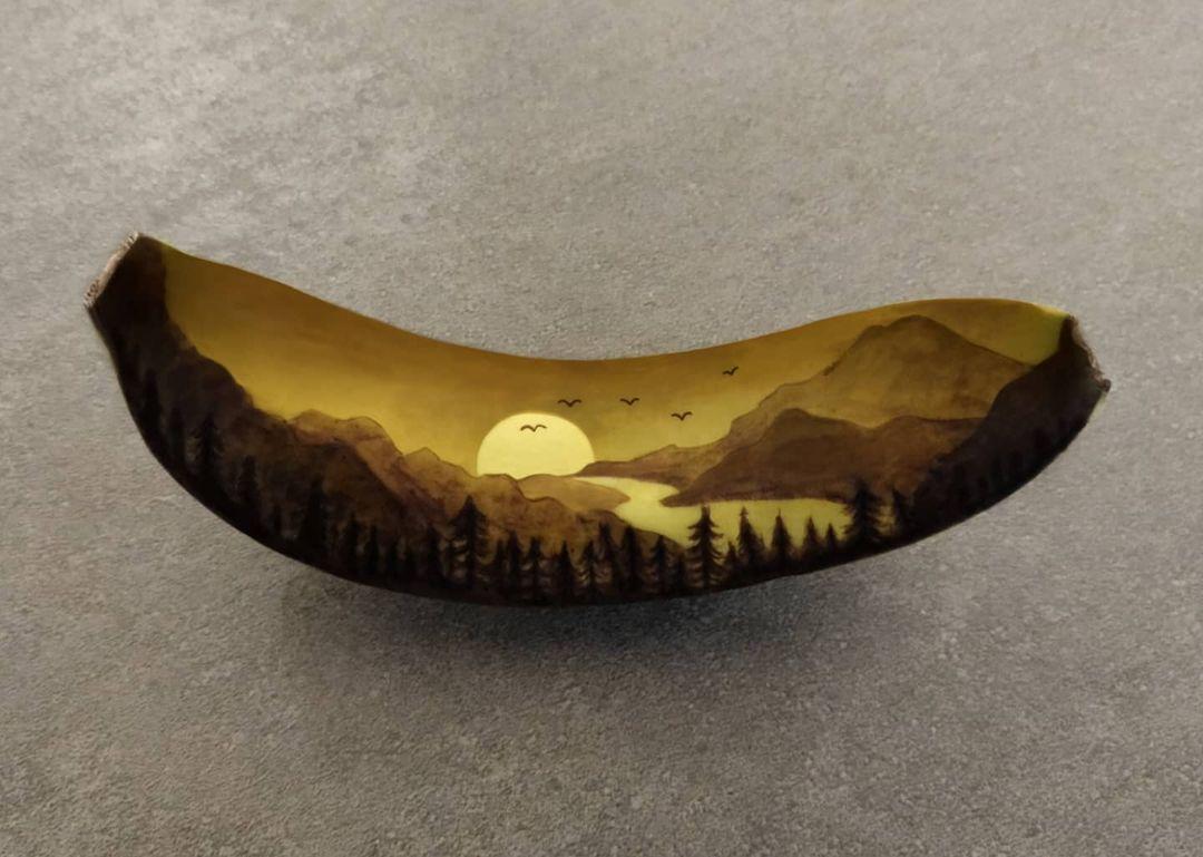 Девушка от скуки начала рисовать на бананах, и их главный недостаток сыграл ей на руку: 10 картин