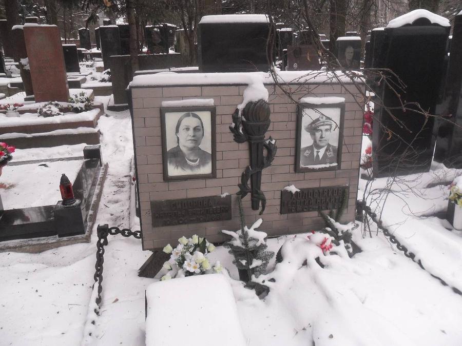 Могила Георгия Холостякова и его супруги Натальи. Фото © Wikipedia