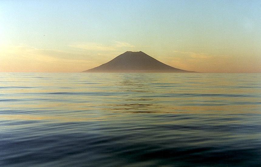 Остров Атласова — самый северный Большой гряды Курильских островов. Фото © Wikipedia