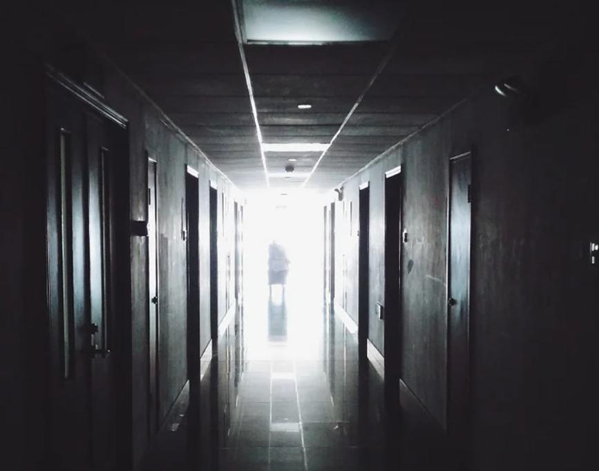 Незнакомая женщина увела 16-летнюю школьницу из больницы в Москве, её местоположение неизвестно