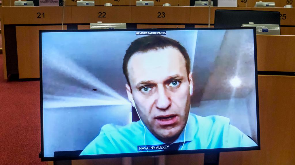 Невозвращенец Навальный, или как пациент, который выжил, сражается с народной артисткой