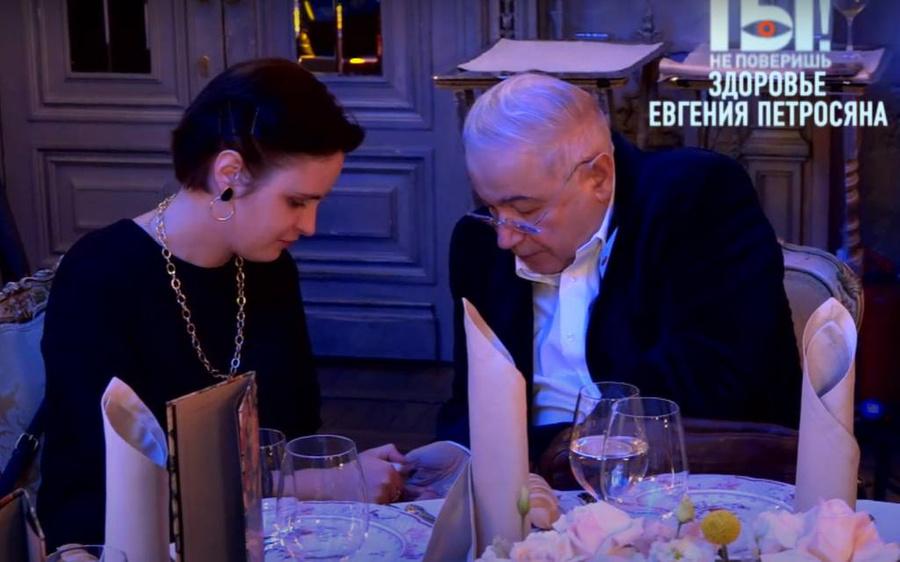 Евгений Петросян с помощницей Александрой. Скриншот © YouTube / НТВ