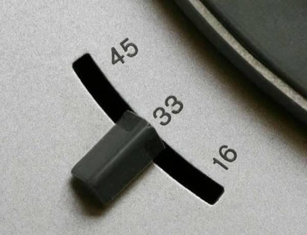 Переключатель скорости воспроизведения на виниловом проигрывателе. Фото © Facebook / NoBullRadio