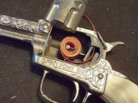 Игрушечный револьвер с пистонами. Фото © Facebook / Do You Remember When