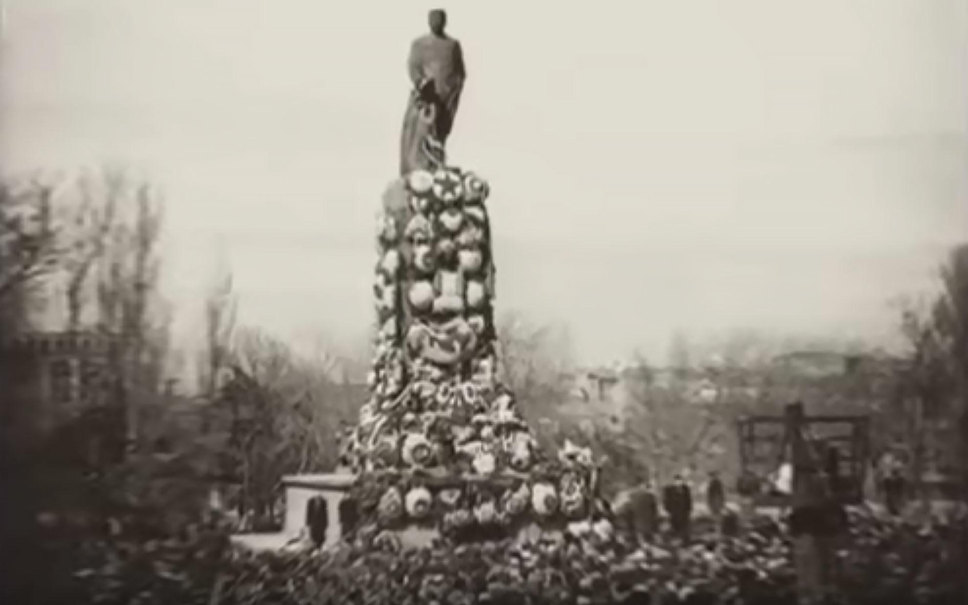 Памятник Сталину в Тбилиси, 1956 год. Фото © Кадр из видео YouTube / канал AtamanA