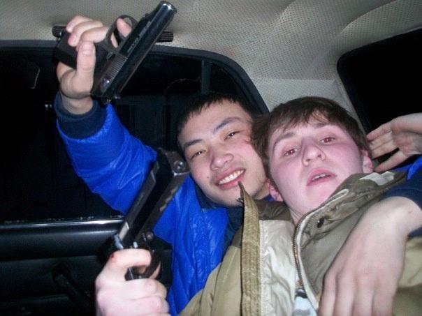 Участник перестрелки Герман Титенок (справа) любит сниматься с оружием. Фото © OK.ru