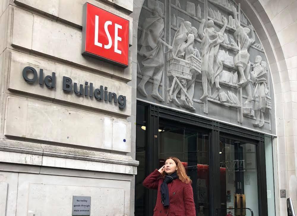 Бывшая глава Нижнего Новгорода Елизавета Солонченко возле Лондонской школы экономики. Фото © Facebook / Елизавета Солонченко