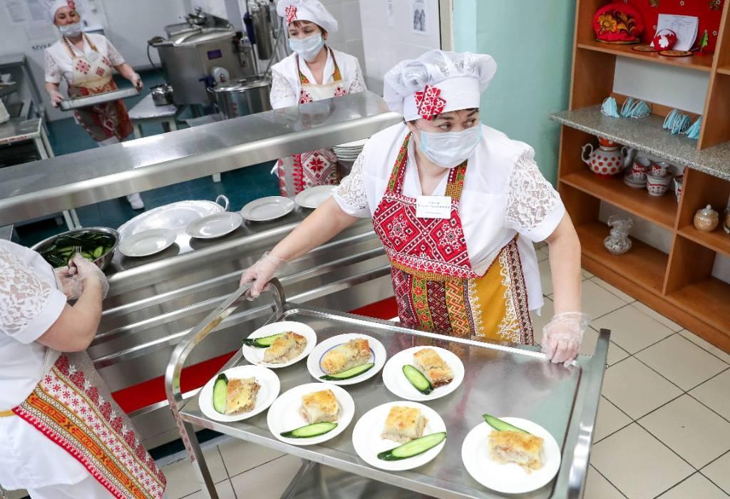 Правительство ввело бесплатное питание для всех школьников с 1-го по 4-й класс