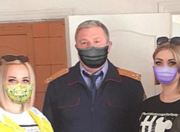С помощью приложения масками можно снабдить и девушек по соседству с офицером.  Правда, на фото они изображены не в строгий анфас, поэтому защитные средства сидят на них не так удачно