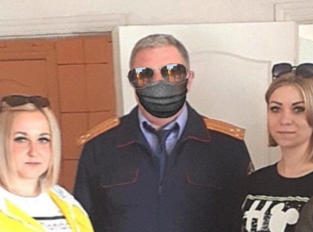 А ещё подполковнику Сиденко очень идут модные в этом сезоне очки-авиаторы. Рекомендуем к покупке