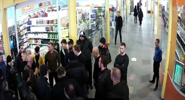 """Разборки в ТЦ """"Версаль"""". Кадр из видео YouTube / Игорь Царёв"""