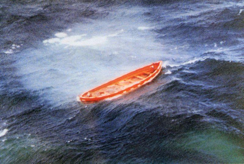 """Пустая спасательная шлюпка парома """"Эстония"""" в открытом море. Фото © Wikipedia"""