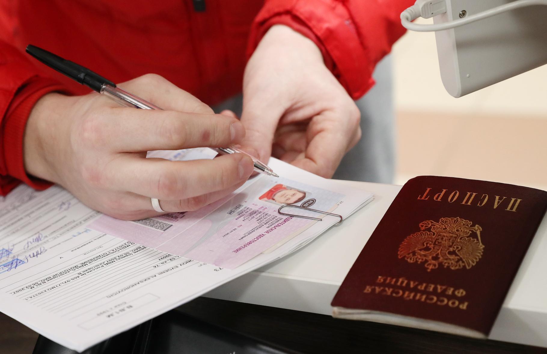 Просроченные водительские права будут действовать в России до конца года