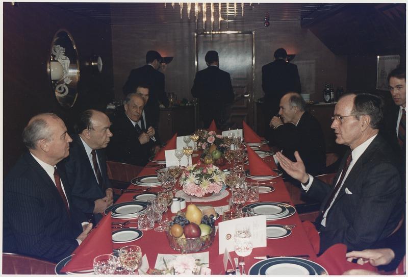 Слева: М.С.Горбачёв, А.Н.Яковлев, С.Ф.Ахромеев во время Мальтийского саммита, 2 декабря 1989 года. Фото © Wikipedia