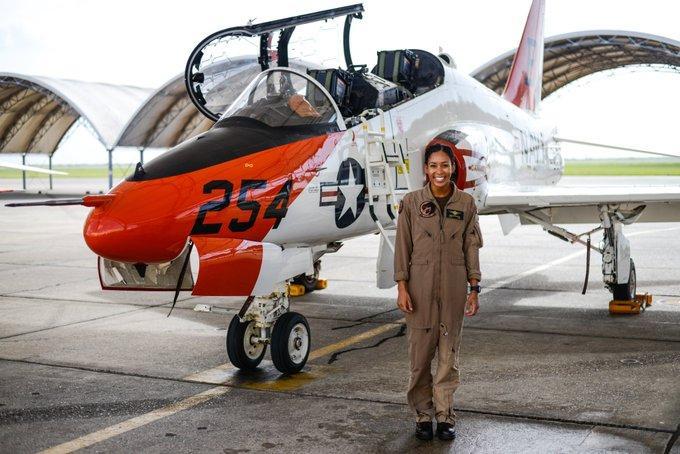 В США темнокожая женщина впервые в истории станет пилотом истребителя ВМС