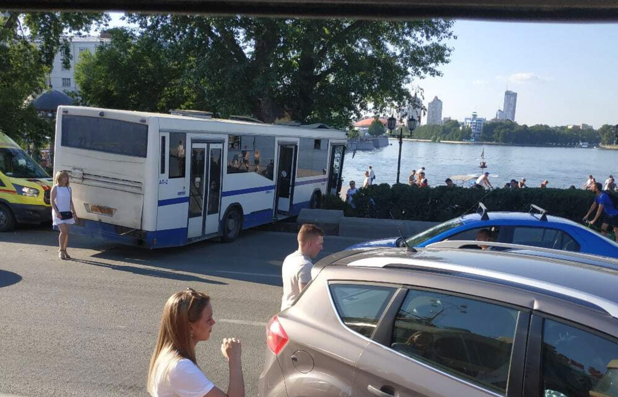 В центре Екатеринбурга автобус влетел в дерево. И это предотвратило трагедию