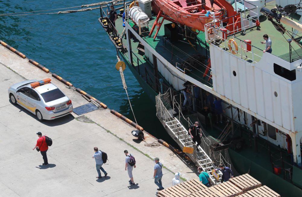 Российские моряки вылечились от коронавируса и покинули корейский порт Пусан