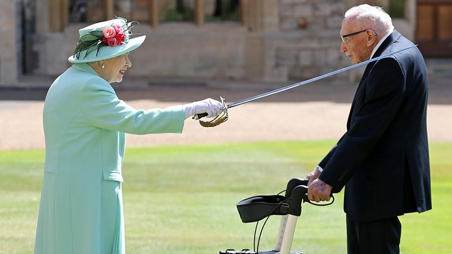 "<p>Фото © <a href=""https://www.royal.uk/queen-confers-honour-knighthood-captain-sir-thomas-moore"" target=""_blank"" rel=""noopener noreferrer"">Пресс-служба Букингемского дворца</a></p>"