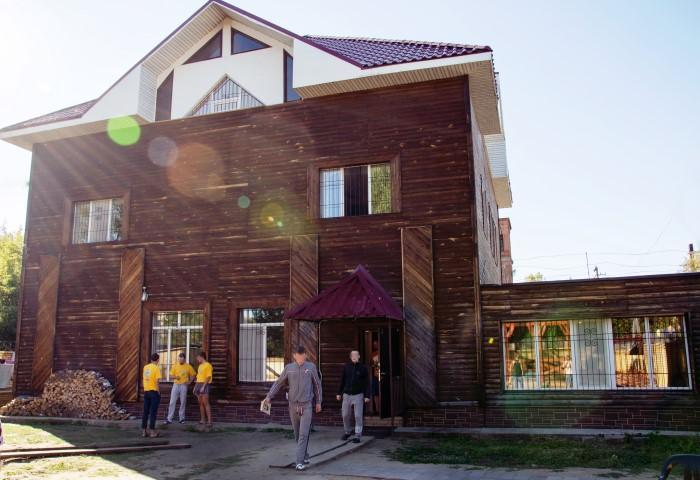 На сайте реабилитационного центра только позитивные фото. Фото ©реабилитацияомск.рф