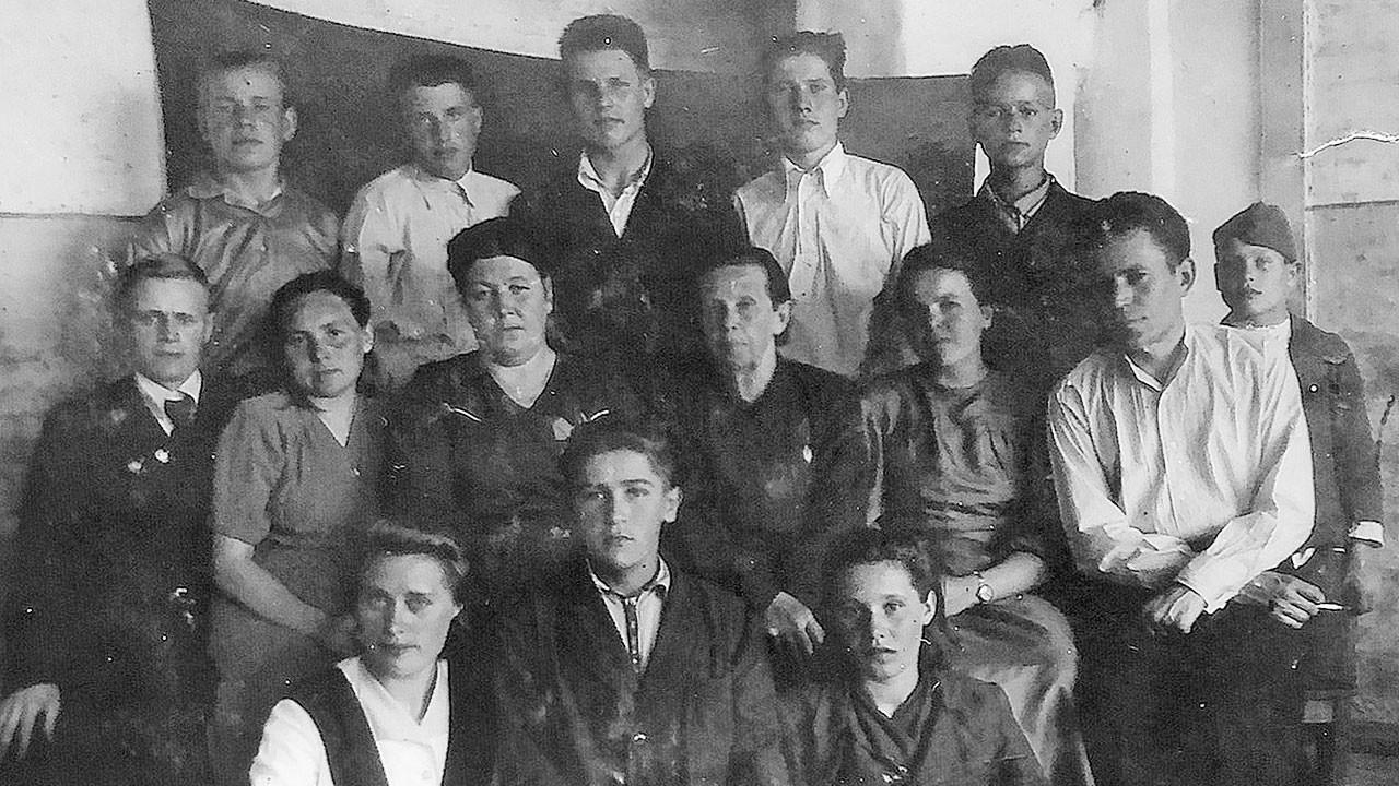 Выпускники вечерней сельской школы с учительским коллективом, 10-й класс. Фото © chelny-izvest.ru