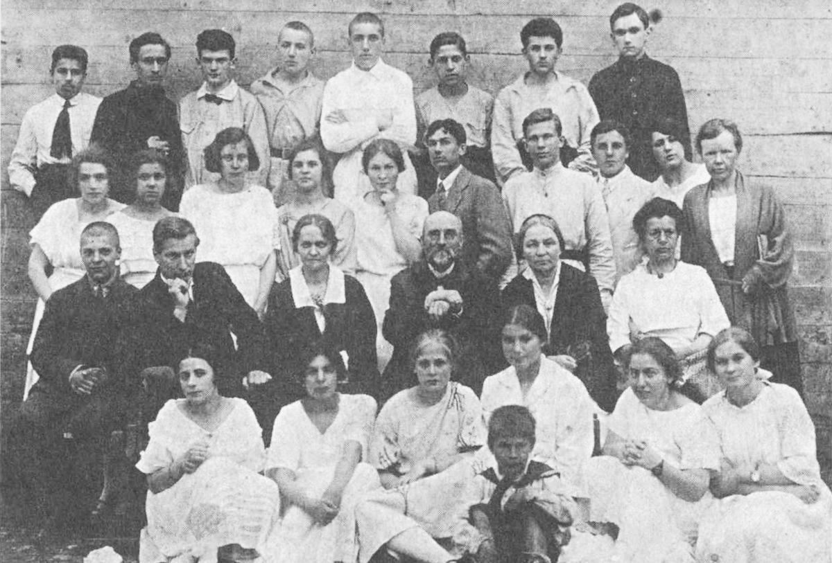 Выпускной класс московской гимназии. В верхнем ряду второй слева — русский поэт и писатель Даниил Андреев. 1923 г. Фото © Учёба