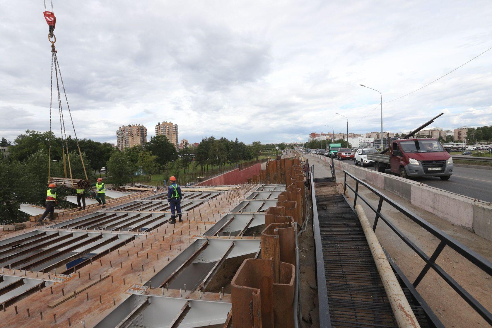 На Лиговский путепровод в Петербурге установили первый пролёт
