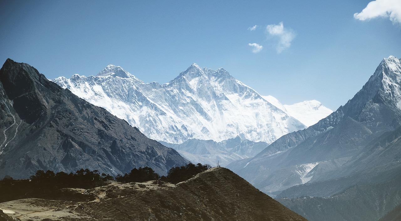 Непал вновь разрешил восходить на Эверест