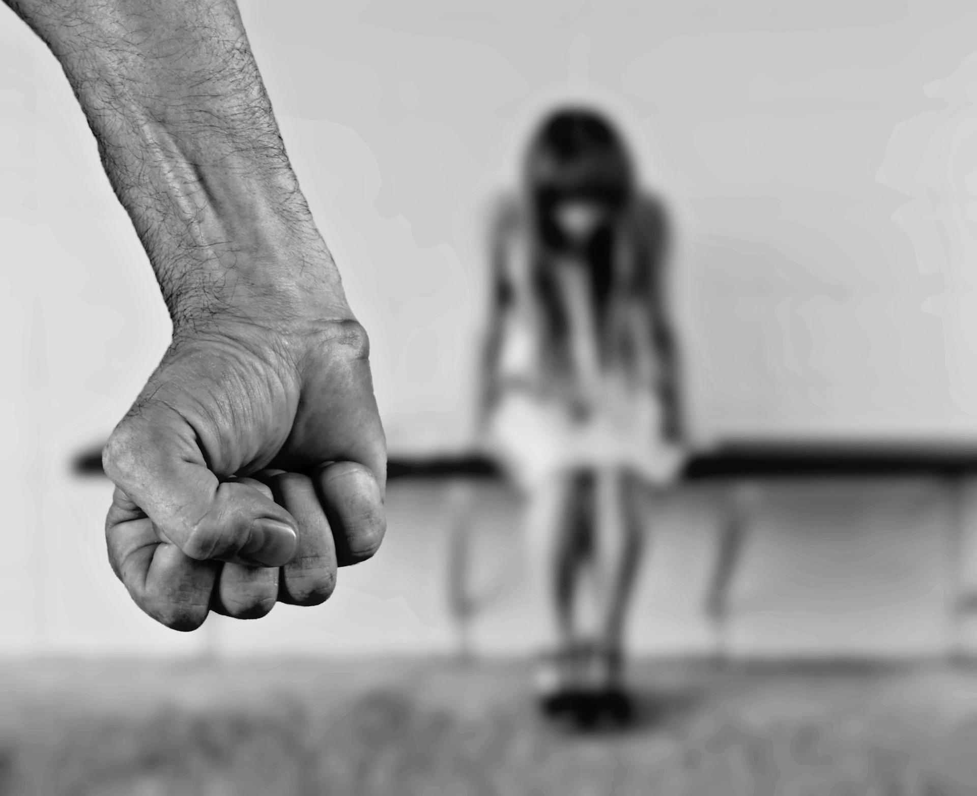 Напал и притянул к себе. Неизвестный попытался изнасиловать шестилетнюю девочку в Омске