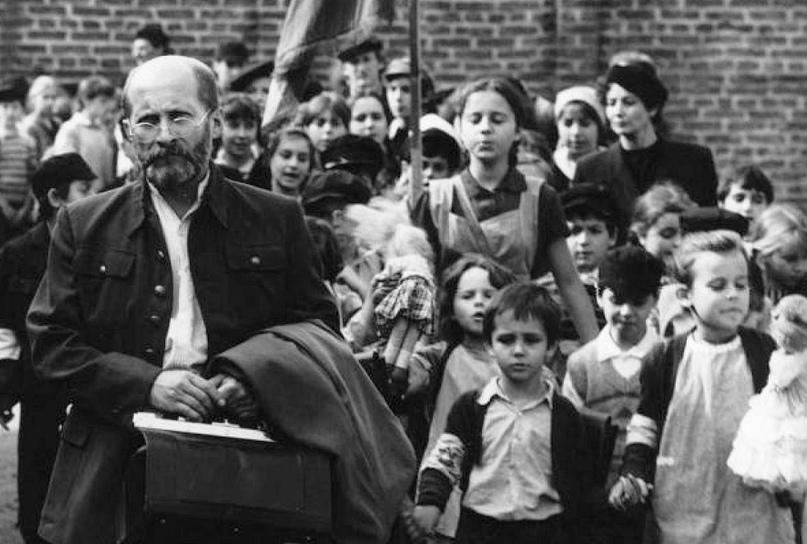 Врач Януш Корчак, вошедший в газовую камеру вместе с детьми из Варшавского гетто. Фото © VK / World of History