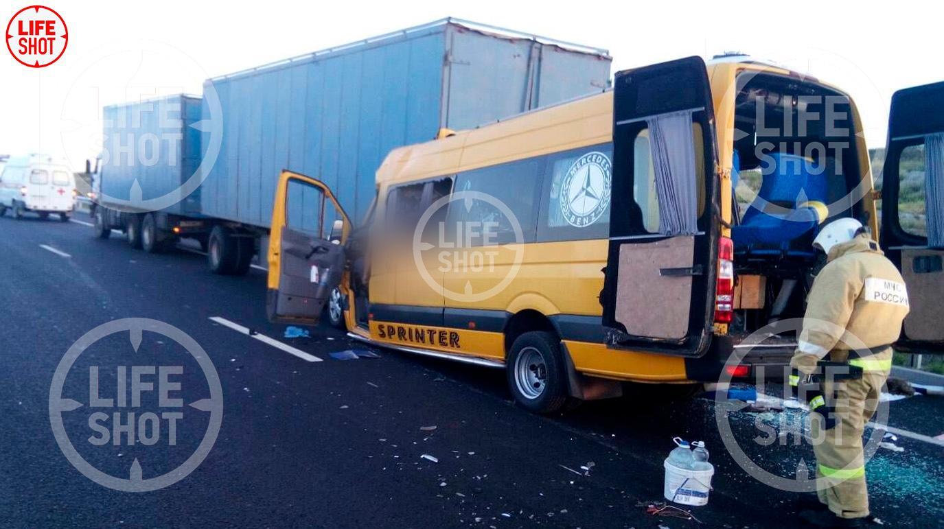 Лайф публикует фото с места страшного ДТП в Крыму, где погибло семь человек
