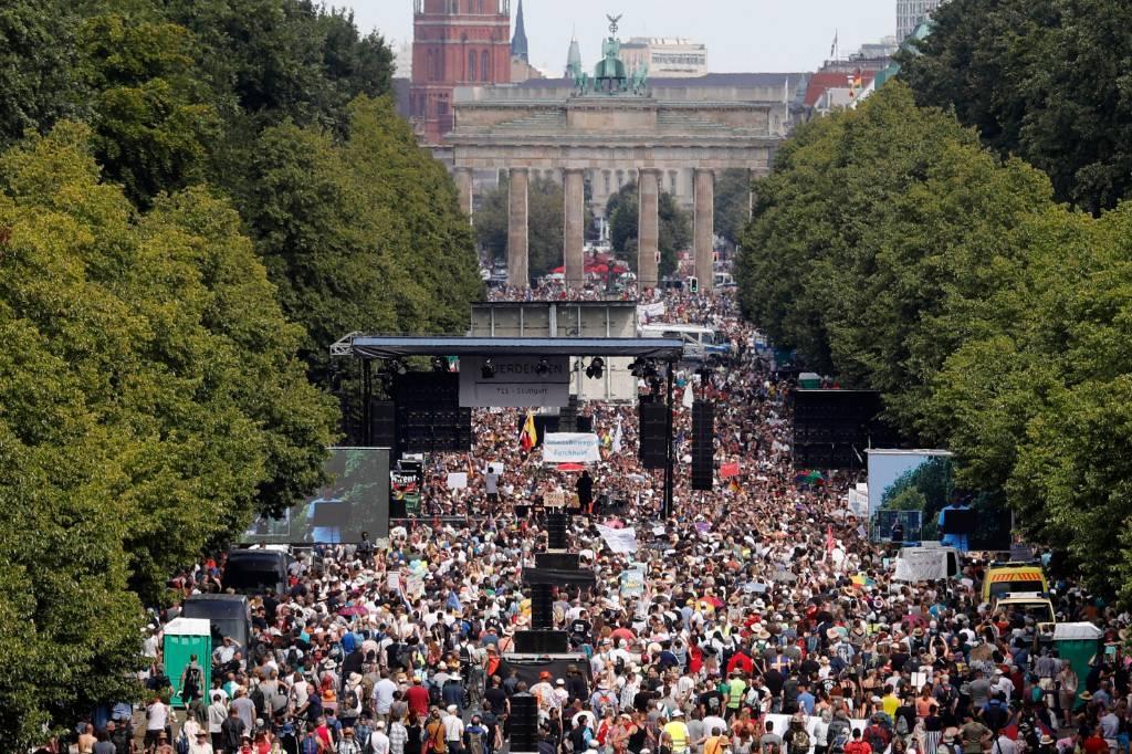 На акцию протеста против коронавирусных ограничений в Берлине вышло более 20 тысяч человек