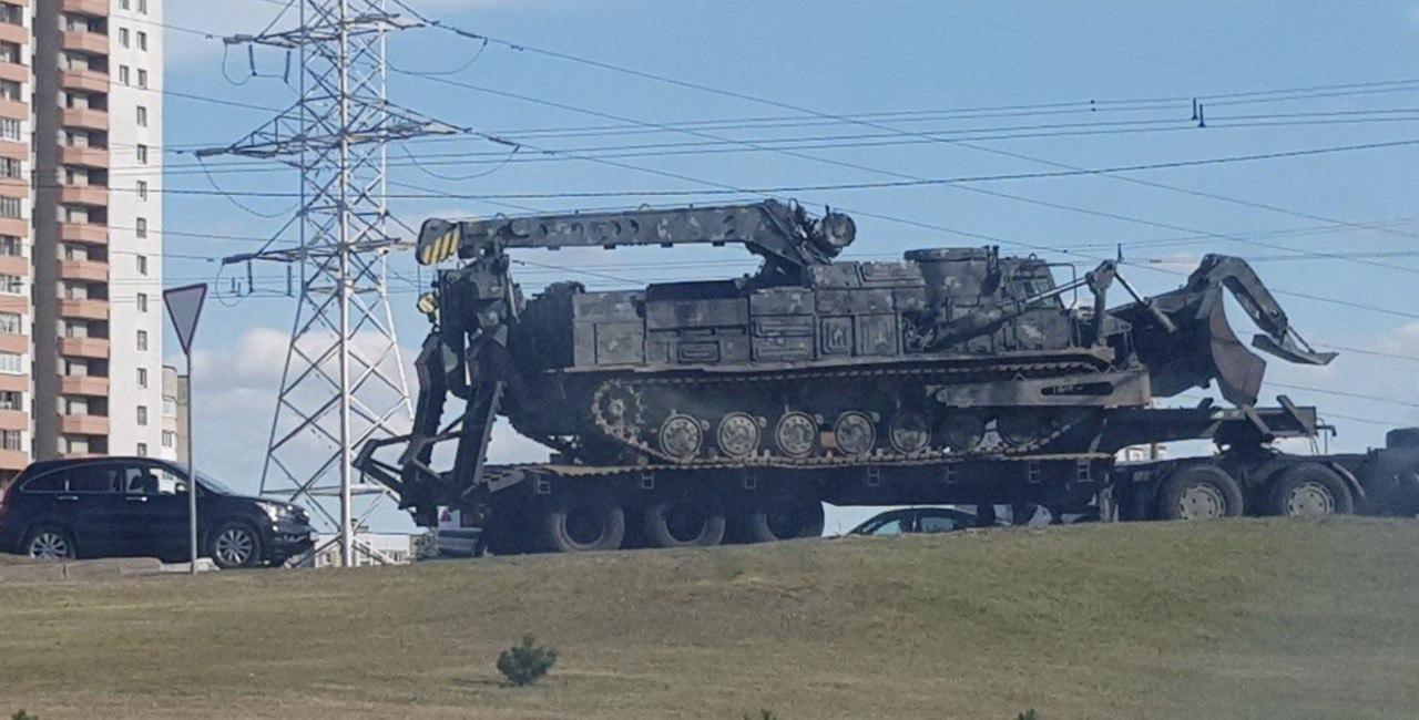 Бульдозеры и автозаки. В центр Минска прибывают бойцы ОМОН и военная техника