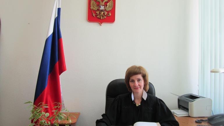Судья Денисенко в рабочей атмосфере. Фото © Сколько получает