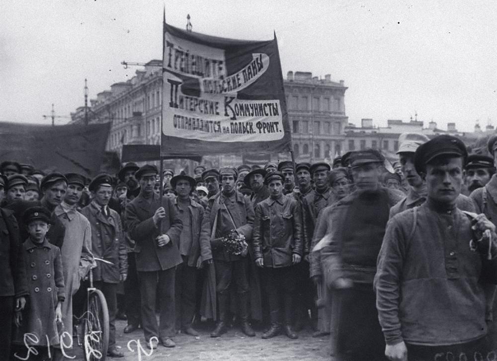 Коммунисты перед отправкой на Польский фронт, 1920 год. Фото © Wikipedia
