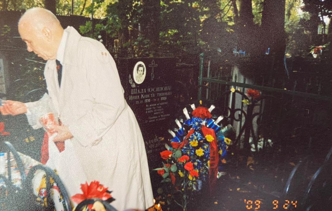 Каждый год Григорий Шала приходил 24 сентября на могилу своей жены. Фото © LIFE