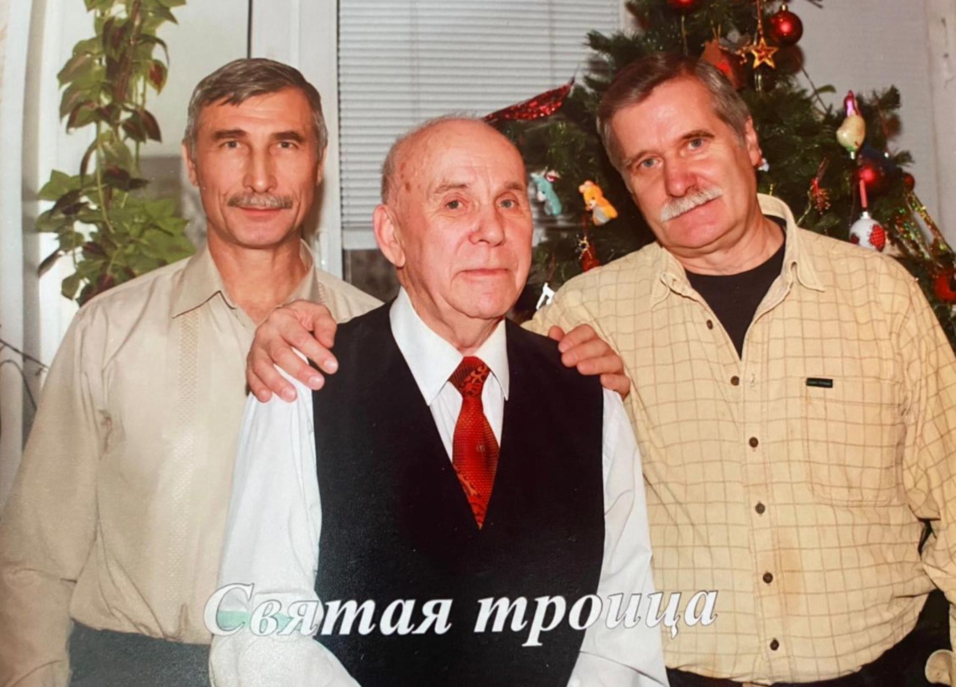 Григорий Шала с друзьями. Владимир Борбат (слева). Фото © LIFE