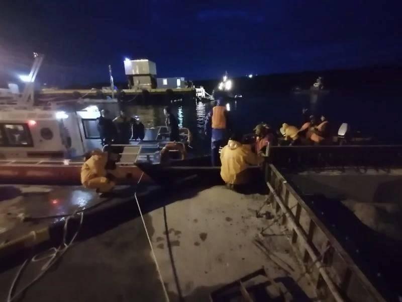 На Сахалине сотрудники МЧС спасли семерых рыбаков