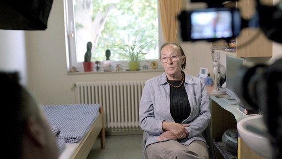 Ирена Беккер не гнушается журналистов. Скриншот © YouТube / Lieber Medizin