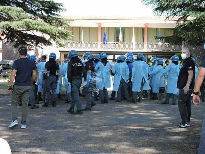 """<p>Фото © <a href=""""https://www.ilmessaggero.it/italia/migranti_positivi_celio_roma_fuga_covid_ospedale_militare_aggressione_medici-5431331.html#&gid=5409085&pid=5"""" target=""""_blank"""" rel=""""noopener noreferrer"""">Il Messaggero</a> / Luciano Sciurba</p>"""