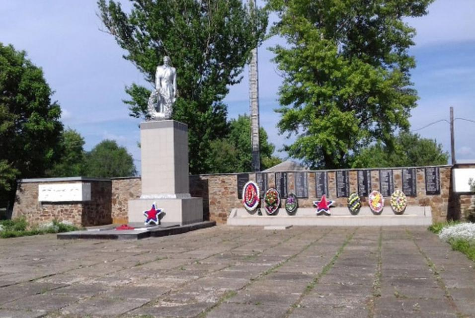 """В Ростовской области приводят в порядок воинский мемориал """"Сквер"""" на месте бывшего госпиталя"""